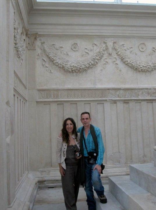 En el Ara Pacis de Roma, junto a Gemma, su pareja  20 de Junio 2010