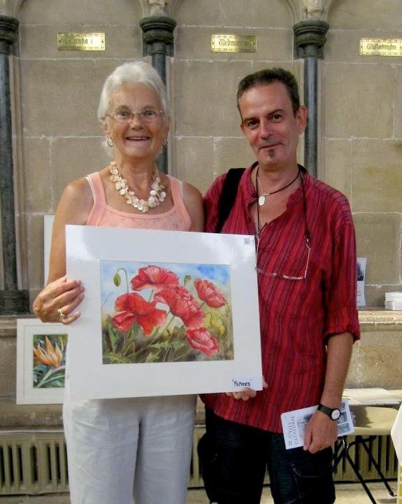 Al lado de la excepcional pintora de acuarelas bucólicas, Yvonne Harry, de Bristol, en la Catedral de Wells (Reino Unido)