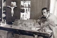 Su padre en su taller de escultura