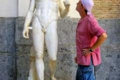 Contemplando la estatua de Dorífolo encontrada en la Palestra Samnita de Pompeya.