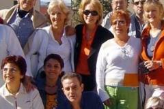 unto a la escritora y humanista Zulma Reyo, y otros amigos, en un encuentro en Barcelona